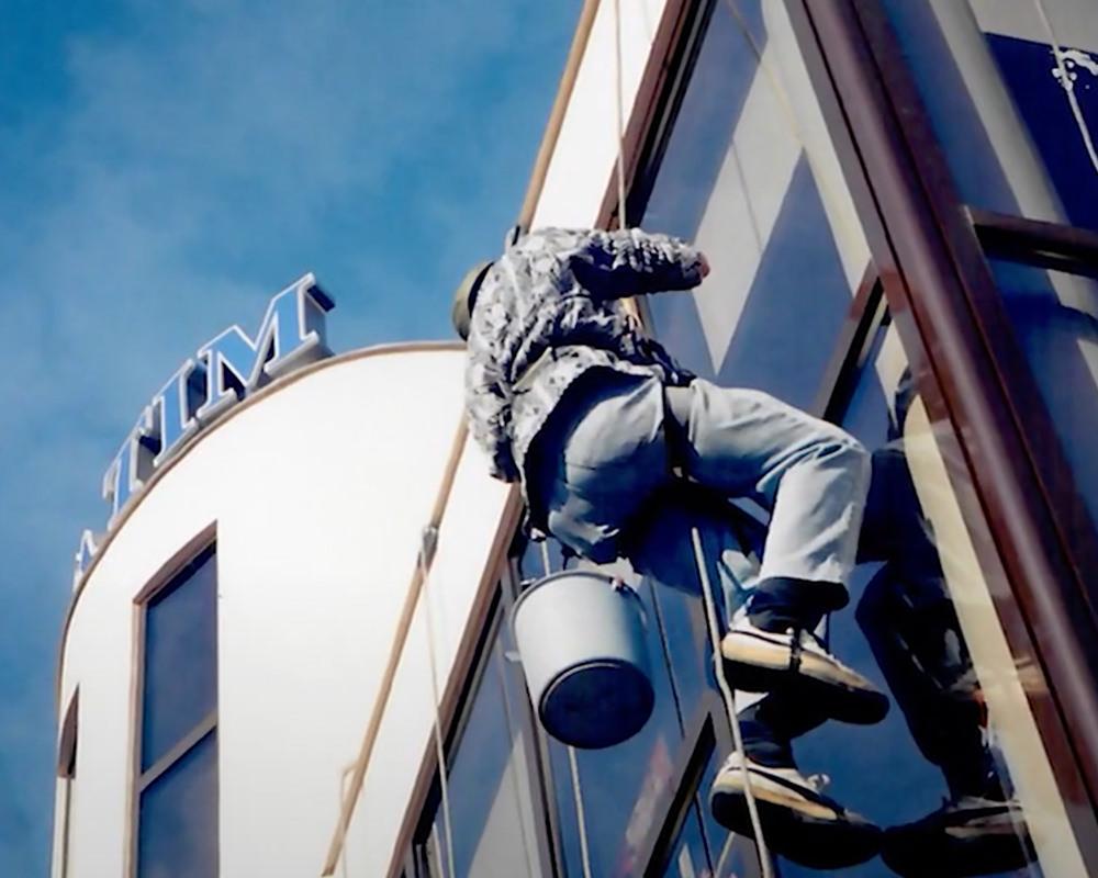 Curățenie fațade vitrate
